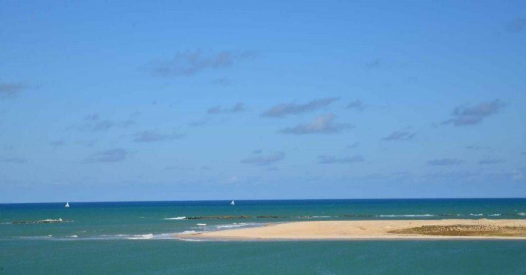 Mar e céu azuis