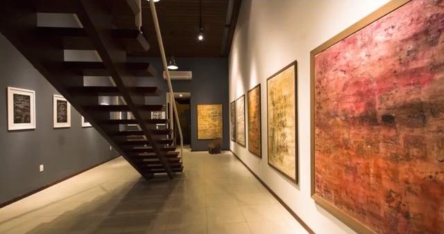 Foto das obras expostas no Ateliê Pedra do Rosário